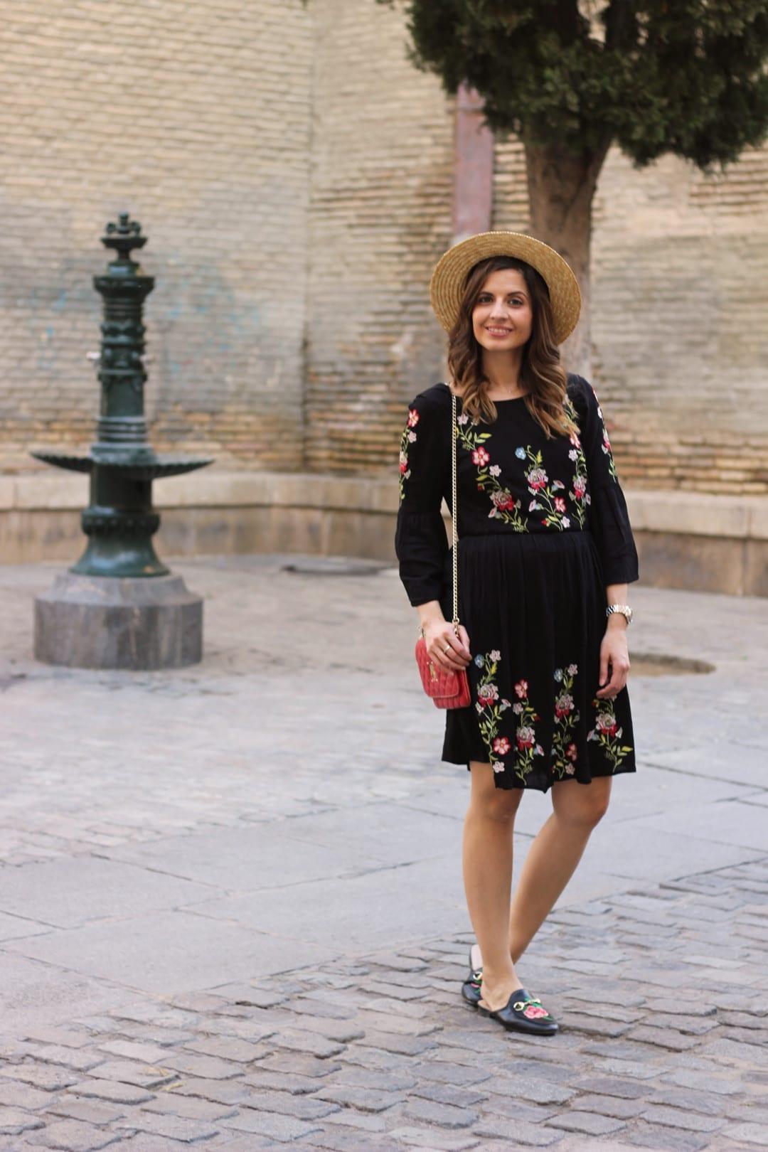 look canotier y vestido negro flores bordadas