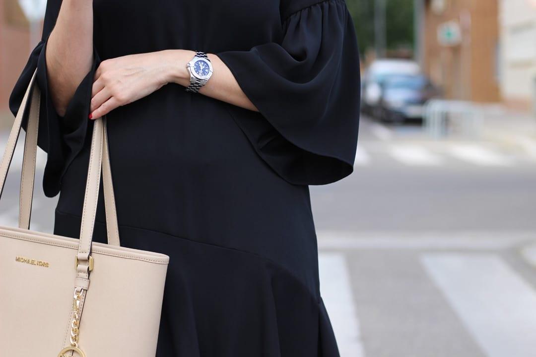 vestidos negros en verano 2017 con volantes bolso michael kors