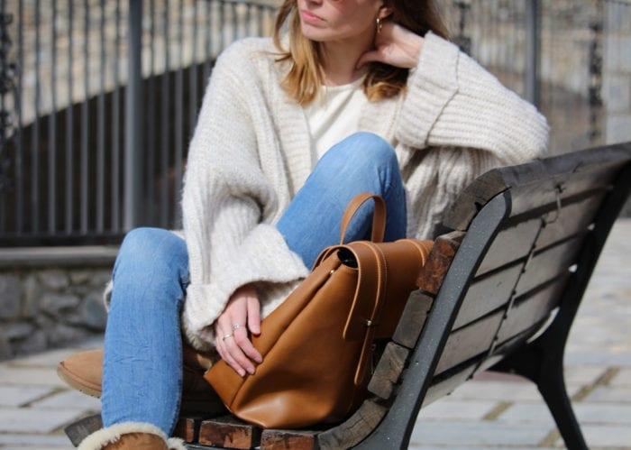 look de invierno con botas UGG y cardigan oversize