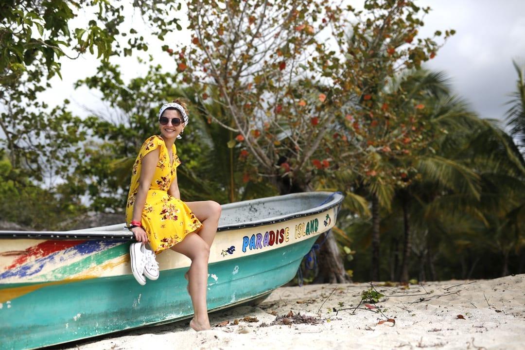outfit con vestido corto de verano amarillo