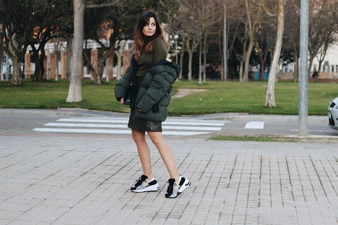 zapatillas-con-cuña-Yokono-Shoes-falda-acolchada-polipiel-abrigo-plumas-mujer-fashion-blog