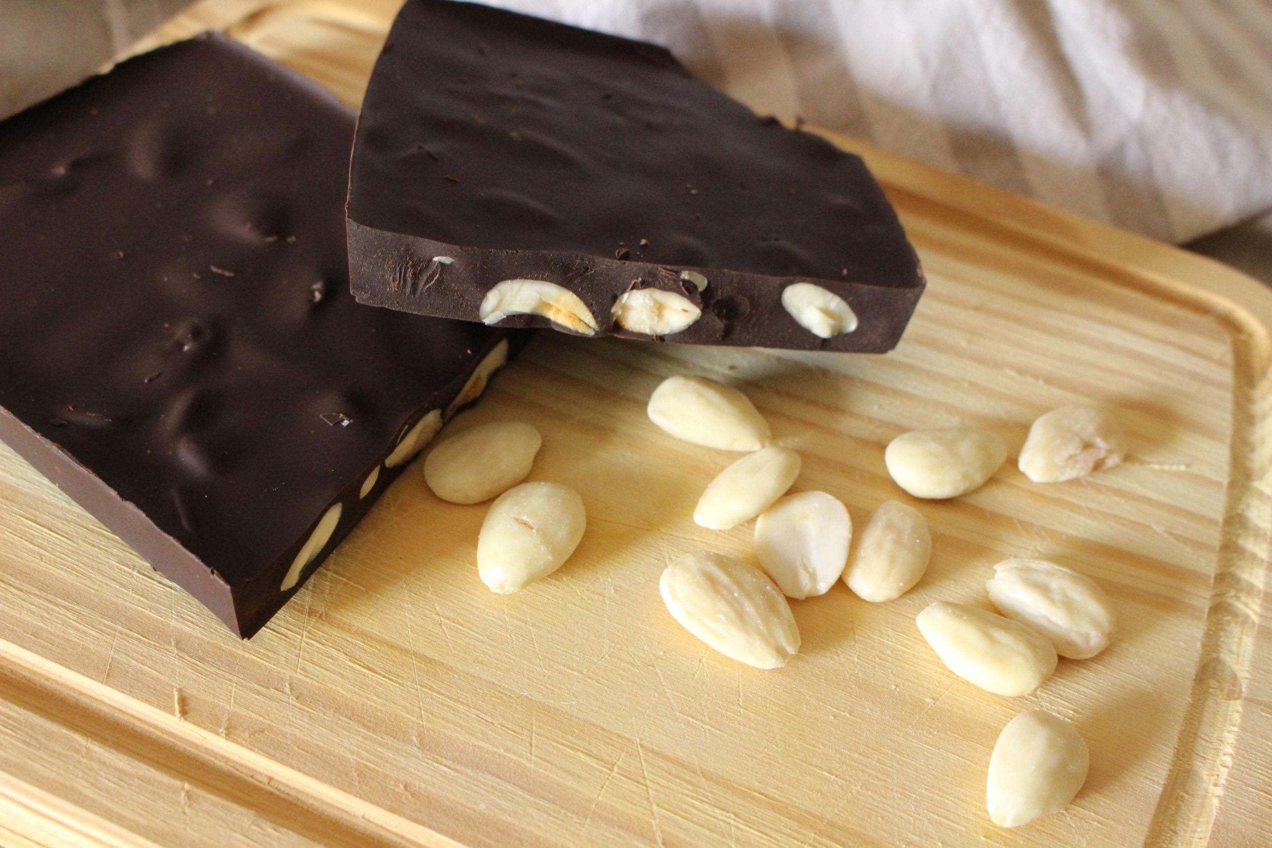 Chocolate negro con almendras casero sin azúcares